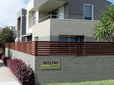 Multiple townhouses next to eachother painted with a cream and grey